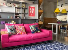 sala-de-estar-sofa-rosa-estante-arquiteta-andrea-murao-simone-marques (Foto: Edu Castello/Editora Globo)