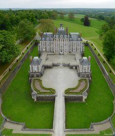 Le château de Balleroy, chef d'œuvre du 17e siècle est une des premières réalisations de l'architecte François Mansart. Construit 1626 à 1636 en briques, schiste et pierre de Caen, le château comporte un pavillon central couronné d'un lanternon flanqué de deux bâtiments. Les communs sont disposés de part et d'autre des jardins dessinés par Le Nôtre. Il a été acheté par Malcolm Forbes dans les années 70. Photographie aérienne par cerf-volant  The Balleroy Castle, a masterpiece of the 17th…