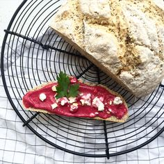 Buttermilchbrot mit Chiasamen und dazu Rote Bete Bete Aufstrich mit Chashewkernen  von Anne - hafenmaedchen.de Brinner, Fish, Meat, Instagram Posts, Beetroot, Spreads, Bread Baking, Ideas, Pisces