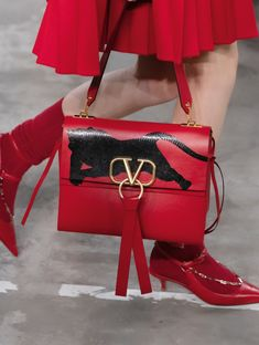 Valentino Pre Fall 2019 Fashion Show Details. All the fashion runway looks from designer Pierpaolo Piccioli's showing in Tokyo of the Valetnino Pre-Fall 2019 collection . Fall Handbags, Best Handbags, Fashion Handbags, Fashion Bags, Fashion Shoes, Top Purse Brands, Luxury Bag Brands, Luxury Bags, Handbag Accessories