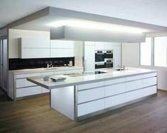 Una cocina moderna con mucha luz