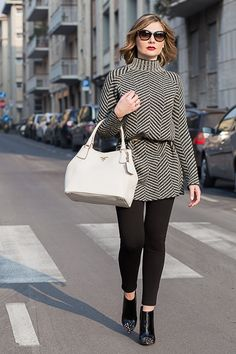 Un maglione oversize in twill e accessori glam. Cozy chic look with a twill knit sweater and glam details. Fashion Blogger Outfit Idea. Twill Knit Sweater for a Cozy chic Look (Fashion Blogger Outfit) Cozy chic look with a twill…