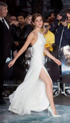 Never has a long white dress looked hotter.- Emma Watson is always on point with her outfit choices Emma Watson Beautiful, Emma Watson Sexiest, Evening Dresses, Prom Dresses, Bridesmaid Dresses, Dress Prom, Club Dresses, Formal Dresses, Emma Watson Estilo