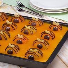 Der Frühling ist da! Mit unserem leckeren fruchtigen Aprikosen - Pudding - Kuchen voller kleiner Bienen! #blechkuchen #rezept #rezepte #kuchen #ostern #bienen #bienenkuchen #pudding #aprikosen Easy Cookie Recipes, Cake Recipes, Snack Recipes, Dessert Recipes, Snacks, Easy Vanilla Cake Recipe, Chocolate Cake Recipe Easy, Food Cakes, Cupcake Cakes