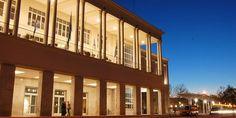 La Universidad Nacional de Córdoba tiene una población estudiantil acerca de unos 120.000.