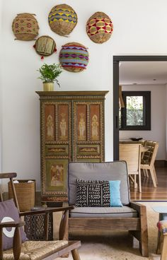 Lindo ambiente criado por Marina Linhares. #arteíndigena #poltrona #almofada #tapete #armário