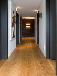 Una casa danesa con los suelos de listones de madera de roble sostenible perfectos · A home in Denmark with amazing oak floor planks (via Bloglovin.com )