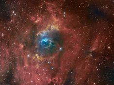 Soufflée par le vent d'une étoile massive, cette apparition interstellaire présente  un aspect étonnamment familier. Pour les astronomes, elle porte la référence NGC 7635, mais est le plus souvent désignée sous le nom de  nébuleuse de la Bulle. Bien qu'elle paraisse fragile, cette bulle de 10 années-lumière de diamètre montre des signes de  violents processus à l'oeuvre en son sein. Visible en bas et à gauche de la bulle se trouve une brillante  étoile chaude de type O emmitouflée dans la…