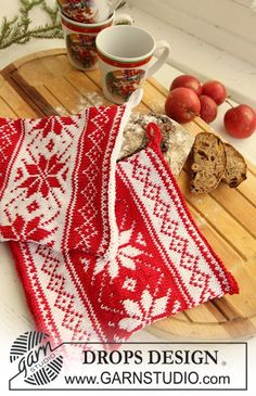 """Poinsettias in the Snow - Knitted DROPS pot holders with Nordic pattern for Christmas in """"Muskat"""". - Free pattern by DROPS Design Drops Design, Fair Isle Knitting Patterns, Christmas Knitting Patterns, Scarf Patterns, Double Knitting, Free Knitting, Finger Knitting, Laine Drops, Garnstudio Drops"""