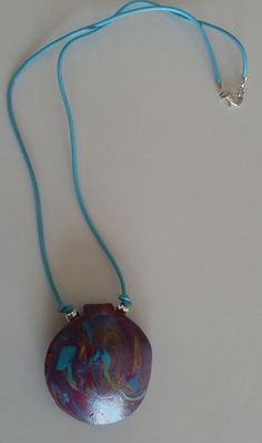 Dieser Schmuckanhänger ist ein Unikat, geprägt in seiner handgemachten, künstlerischen Farbkomposition.  Neben dem Lila dominiert das hellblau – verstärkt durch sein, runden 2 mm dicken, hellblauen Lederband.  Das Lederband hat eine Gesamtlänge von 50 cm und der Schmuckanhänger einen Durchmesser von 5 cm. Pendant Necklace, Modern, Art Gallery, Boards, Jewelry, Beauty, Fashion, Lilac, Leather Cord