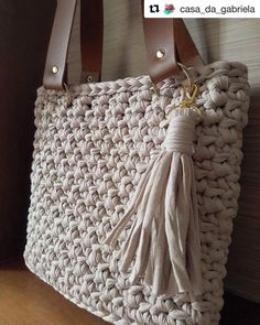 with ・・・ Mais uma linda em nude 😘😘😘 Bead Crochet, Crochet Crafts, Crochet Projects, Embroidery Purse, Bag Pattern Free, Yarn Thread, Fabric Yarn, Crochet Handbags, Knitted Bags