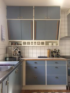 More nicely preserved angled kitchen cupboards. Home Kitchens, Small Kitchen Decor, Kitchen Inspirations, Kitchen Renovation, Modern Kitchen, Kitchen Interior, Loft Kitchen, Retro Kitchen, Kitchen Styling