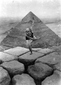 Danser au sommet de la pyramide de Gizeh