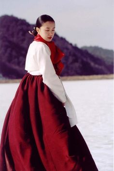 Traditional Korean Wedding Dress- Hanbok - I wish I could see the front. Korean Traditional Clothes, Traditional Fashion, Traditional Dresses, Korean Hanbok, Korean Dress, Korean Outfits, Korean Wedding, Historical Clothing, Asian Fashion
