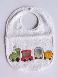 bavaglia bambino 3 6 anni con trenino ricamato di cucicreando Baby Gifts To Make, New Baby Gifts, Burp Rags, Burp Cloths, Baby Bibs Patterns, Quilt Patterns, Crochet Bib, Baby Barn, Baby Sewing Projects