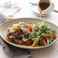 야채만 먹기에는 조금 허전하고, 고기만 먹기에는 건강이 신경 쓰일 때 차돌박이 샐러드를 만들어보세요. 고기의 고소함과 야채의 신선함을 그대로 담아 든든하답니다. 건강이 시작되는 식탁... K Food, Food Menu, Food Box, Korean Dishes, Korean Food, Asian Recipes, Healthy Recipes, Light Recipes, Food Plating