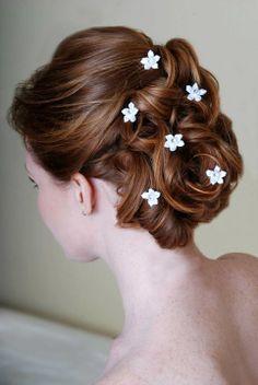 Penteado com florzinhas.