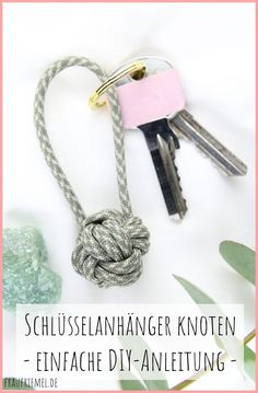 Schlüsselanhänger knoten aus Paracord DIY Keychain Knots – Easy Guide to the Monkey Fist (Practical Ball Knot) Small DIY Gift Ideas for Women and Men. DIYs with little material. Keychain DIY DIY keychains do the same Diy Jewelry Rings, Diy Jewelry Unique, Diy Jewelry To Sell, Diy Jewelry Holder, Diy Jewelry Making, Beaded Jewelry, Wire Rings, Keychain Diy, Make Your Own Keychain