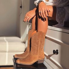 Camel suede texan boots by Cute Cowgirl Outfits, Cute Comfy Outfits, Cute Cowgirl Boots, Cowboy Boot Outfits, Cowboy Shoes, Cowboy Boots Women, Rodeo Boots, Western Boots, Timberland Style