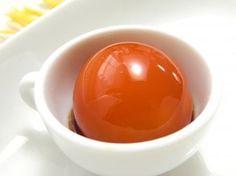 冷凍卵の黄身は本当に美味しいのです。その、美味しい冷凍卵の黄身を醤油漬けにし、卵白は泡立ててサッと焼き目をつけました。卵一個で、ふわふわとろ~りの豪華な卵かけご飯の完成です。