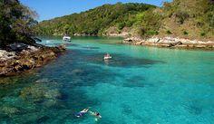 Um dos passeios mais procurados de Ilha Grande- RJ, a Lagoa Azul se destaca por suas águas tranquilas. A pequena enseada é protegida por ilhas menores, sendo um dos melhores locais da região para a prática de mergulho. Conheça mais sobre a Ilha Grande, um paraíso no Rio de Janeiro,