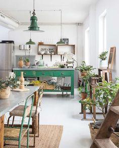 Flechazo: este loft con aire industrial y muebles retro franceses. . . . . Pic by @micasa_deco . . #ebomworld #deco #decoracion #home #interiordesign #interior #plantslover #plantsdecor #greendecor