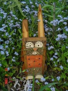 totem lapin2 otemoo.over-blog.com Bug Hotel, Garden Bugs, Garden Pests, Garden Crafts, Garden Art, House Insects, Art Decor, Decoration, Mason Bees