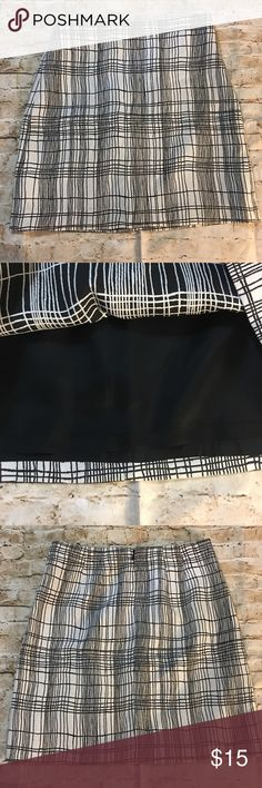 """Ann Taylor LOFT Window Pane Plaid Pencil Skirt Ann Taylor LOFT Women's White and Black Lined Pencil Skirt Size 2 in gently used condition with no flaws.  Measurements: laid flat Waist: 14.5"""" Total length: 18"""" LOFT Skirts Pencil"""