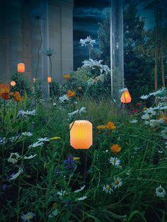 Féerie des lumignons led Origami de Bloolands dans un jardin créé pour le Figaro Magazine par Olivier Riols