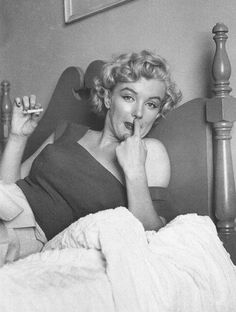 Marilyn Monroe in her room at the General Broke Hotel in Canada photographed by Jock Carroll - 1952 Marilyn Monroe Smoking, Rare Marilyn Monroe, Marilyn Monroe Photos, Hollywood Actresses, Old Hollywood, Hollywood Divas, Hollywood Celebrities, Hollywood Glamour, Classic Hollywood