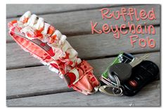 Ruffled Keychain Fabric Key Fob ~ Sugar Bee Crafts (Home Depot has carabiners in all sizes --front of the store. Small Sewing Projects, Sewing Crafts, Sewing Diy, Diy Projects To Make And Sell, Fancy Pens, Diy Sac, Ruffle Fabric, Sewing School, Bee Crafts
