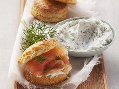 Brötchen nach britischer Art (Scones) mit Lachs und Dillcreme ist ein Rezept mit frischen Zutaten aus der Kategorie Meerwasserfisch. Probieren Sie dieses und weitere Rezepte von EAT SMARTER!