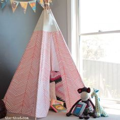 On les voit partout : les tipis. Souvent assez chers, voici un tutoriel en image… We see them everywhere: tipis. Often quite expensive, here is an image tutorial to make a tipi for children in 8 steps at a lower cost! Diy Teepee, Kids Teepee Tent, Kids Tipi Diy, Diy Tumblr, Diy Home Decor For Apartments, Diy Crafts For Kids, Easy Diy, Fun Diy, Kids Room
