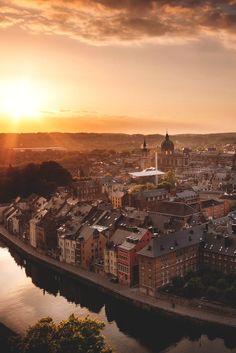 NAMUR - BELGUIM Op de bijzondere locatie waar de rivieren de Samber en de Maas samenvloeien vind je de stad #Namen. #Namur #citytrip