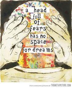 Vivir soñando o soñando a vivir, ¿Cuál sería peor? La verdad es que ninguna es buena y por mucho que nos cueste admitirlo, pasar el día soñando y vivir con la cabeza metida en las nubes, no es vivi...