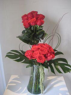 Cilindro con 24 rosas rojas. Diseño elaborado con dos bouquets de 12 rosas rojas cada...