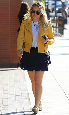 Hilary Duff Legs, Hilary Duff Style, Outfit Goals, Outfit Ideas, Rocker Fashion, Tv Show Outfits, Curvy Bikini, Yellow Blazer, Leather Jacket Outfits
