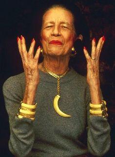 Diana Vreeland в браслетах Kenneth Jay Lane - фото: bracelets-blog.thomaslaine.com