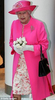 Queen Elizabeth II - pretty in pink. Queen Fashion, Royal Fashion, New Fashion, Fashion Outfits, God Save The Queen, Prinz Philip, Queen Hat, Queen Queen, Mode Rose