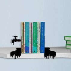 Aparador de livros. A peça está pingando conhecimento! O aparador de livros é composto de duas partes, uma com a torneira gotejante e outra só com a água espalhada. Em chapa de aço. Kidea Presentes.  http://casa.abril.com.br/materia/15-aparadores-para-segurar-os-livros-com-estilo#13