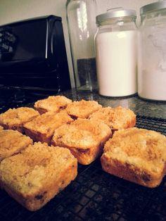 Mini cinnamon oatmeal banana coffee cakes Used Betty Crocker's cinnamon streusel… Muffin Tin Recipes, Baking Recipes, Cake Recipes, Banana Coffee Cakes, Easy Cakes To Make, Chef Shows, Brownie Pan, Pampered Chef Recipes, Cinnamon Oatmeal
