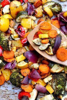 A rainbow vegetable dish with balsamic vinegar Een regenboog groenteschotel boordevol verse groenten! Courgette, gele courgette, rode ui, broccoli, wortel, gele paprika, rode paprika, ... De mogelijkheden zijn oneindig!