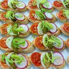 mini sandwiches, obložené chlebíčky, www.cukrovi-kuncovi.cz chlapi sobě, mini  chlebíček s pomazánkou ostrou jako břitva a zeleninkou Kuncovi Brno - Maloměříce, Hádecká 8,  www.cukrovi-kuncovi.cz/studena-kuchyne/mini-chlebicky Mini Sandwiches, Caprese Salad, Food, Essen, Meals, Yemek, Insalata Caprese, Eten