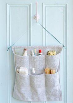 Sapateira felpuda feita de toalha: boa ideia para organizar coisas em banheiros pequenos