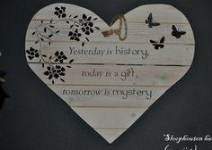 houten hart gemaakt van gebruikt sloophout met tekst en bloemen / vlinders erop gesjabloneerd.