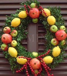 Percek alatt vidám, színes ajtódíszt készíthetsz, ha vesszőből font koszorúalapra puszpángágakat erősítesz, majd citrommal, almával és gránátalmával díszíted.  #karacsony #karacsonyi_dekoracio #adventi_kopogtato #christmas #christmas_decor
