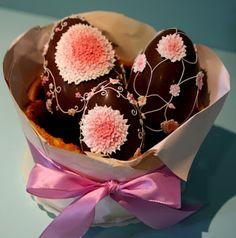 pão-de-ló e ovos de chocolate