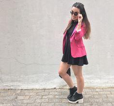 Vestido preto evasé, Riachuelo, blazer pink Zara, bolsa-saco lojas Emme e sandálias Melissa.