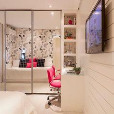 Projeto incrivelmente aconchegante onde a disposição de espelhos mobiliário branco e papel de parede de Paris aderiram a uma sinfonia perfeita via @decoreinteriores SNAP : Decoredecor Projeto: Monise Rosa
