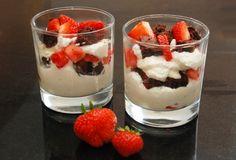 Brownie parfait med vanilleis og jordbær fra Bageglad.dk